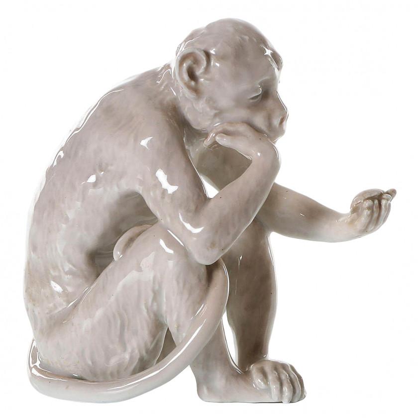 """Porcelāna figūra """"Pērtiķis skatās uz bruņurupuci"""""""