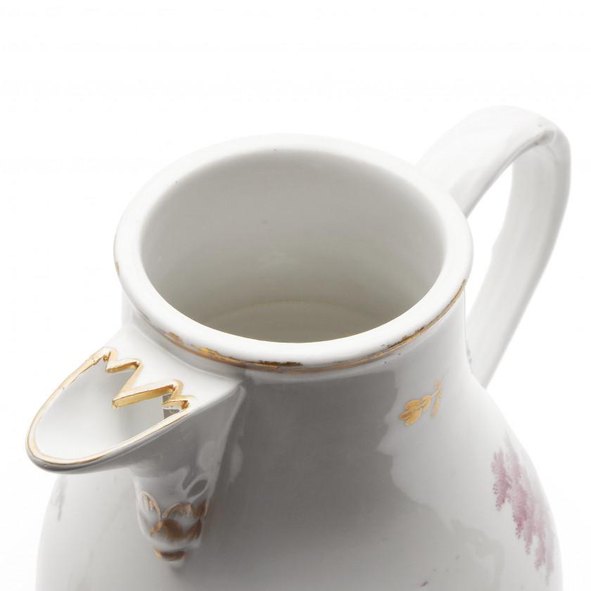 Фарфоровый кофейник с крышкой