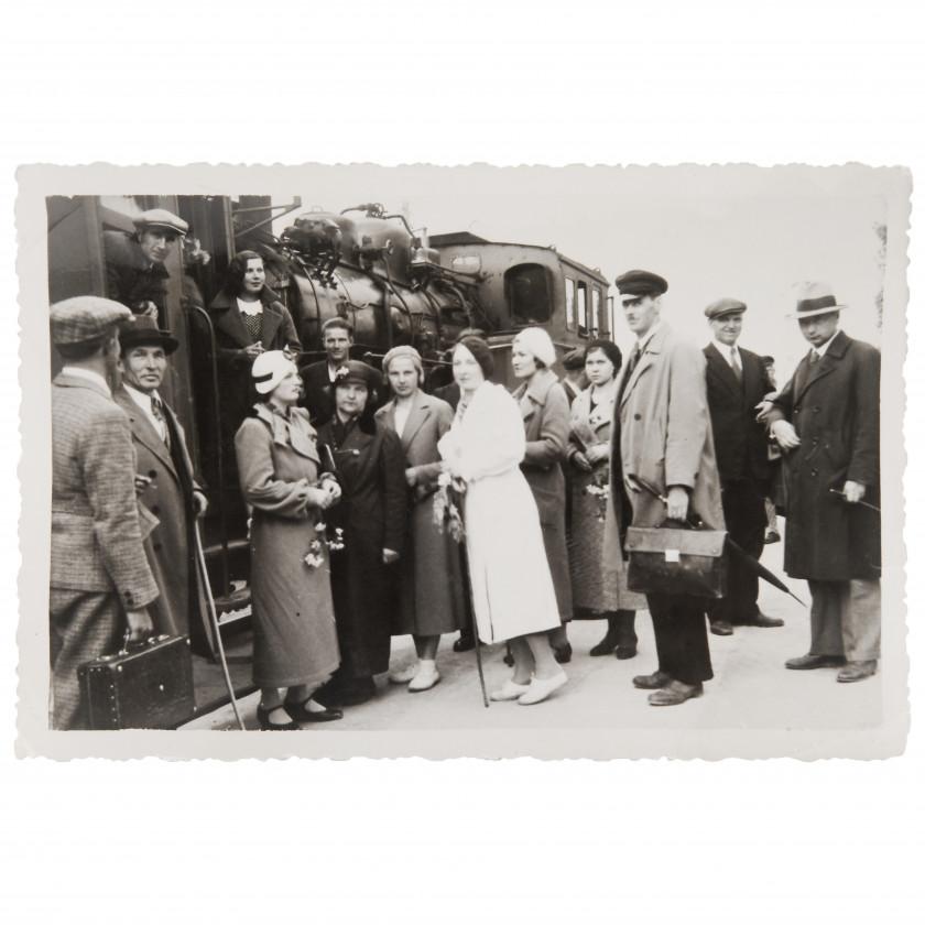 """Фотография """"Группа пассажиров на перроне у вагона"""""""