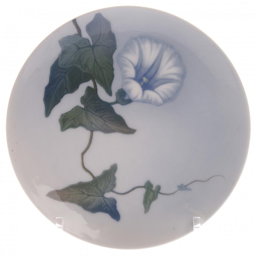 Фарфоровая декоративная тарелка