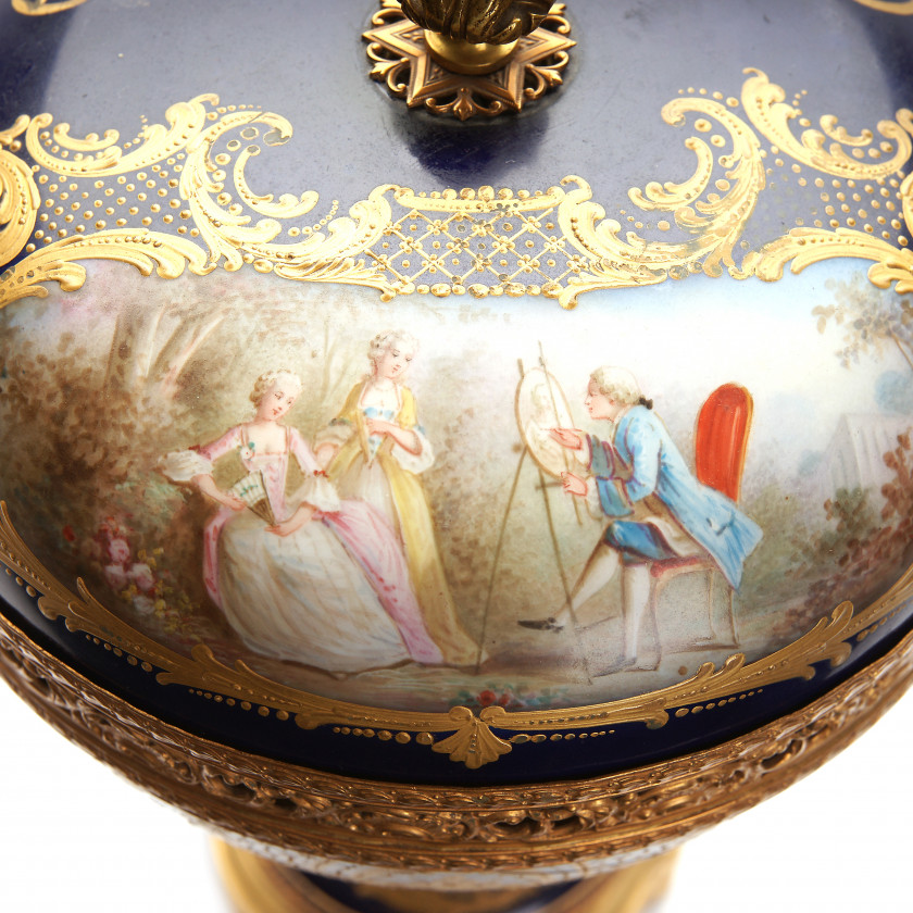 Porcelain bowl with lid from the service of the Emperor Louis Philippe