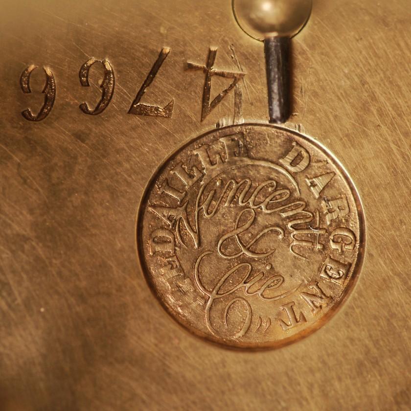 Bronzas kamīna pulkstenis ar porcelāna ieliktņiem