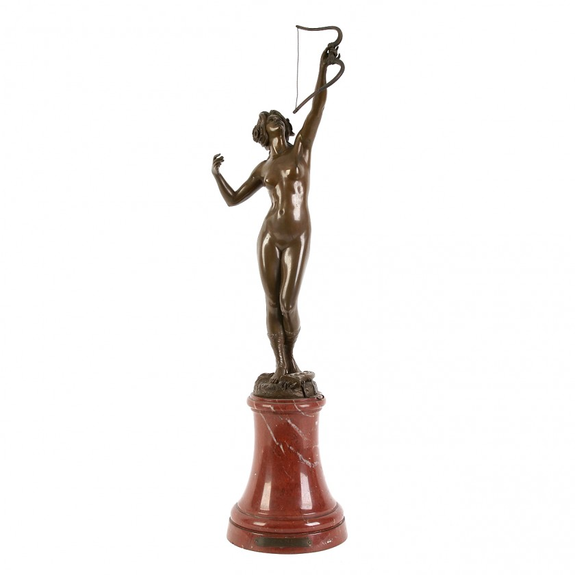 """Bronzas figūre """"Medību dieviete Diana"""" uz marmora pjedestāla"""