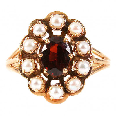 Gold ring with garnet and pearls