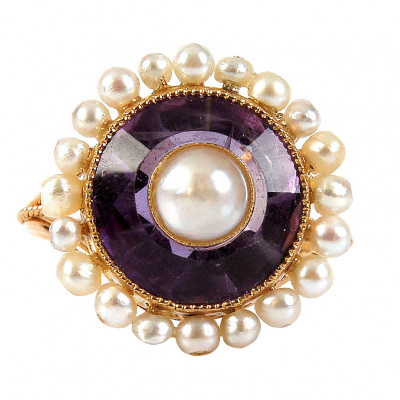 Gold ring with amethyst and pearls
