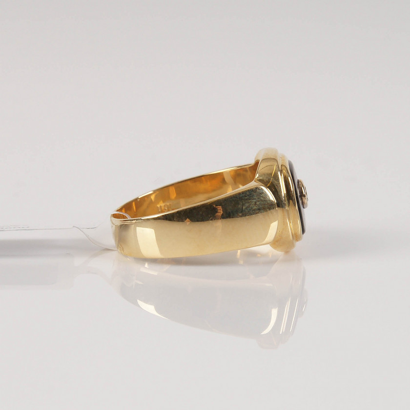 Gold ring with agate and diamond