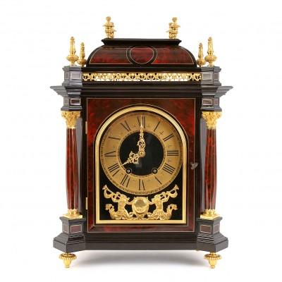 Kamīnu pulkstenis buļļu stilā