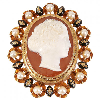 Gold brooch with pearls