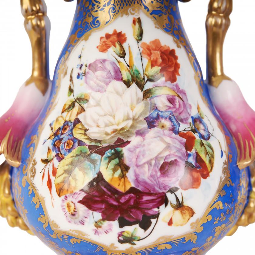 Пара фарфоровых декоративных ваз