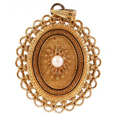 Gold pendant with a pearl