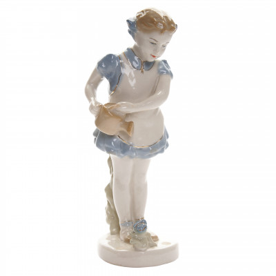 "Porcelain figure ""Girl with watering can"""