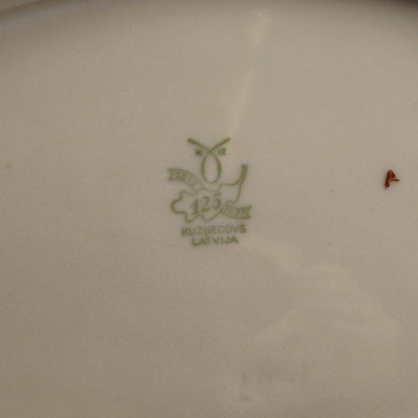 Фарфоровое блюдо с цветочным орнаментом