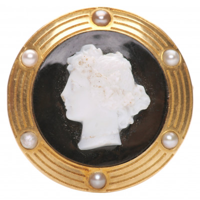 Gold brooch with chalcedony and pearls