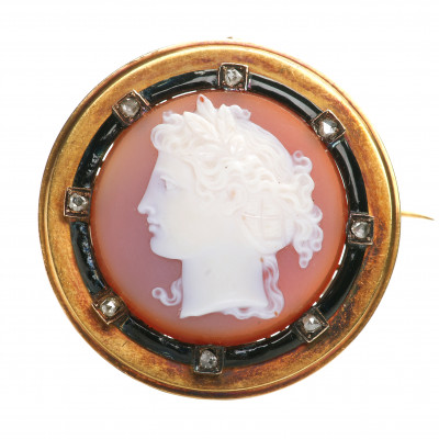 Gold brooch with chalcedony and diamonds