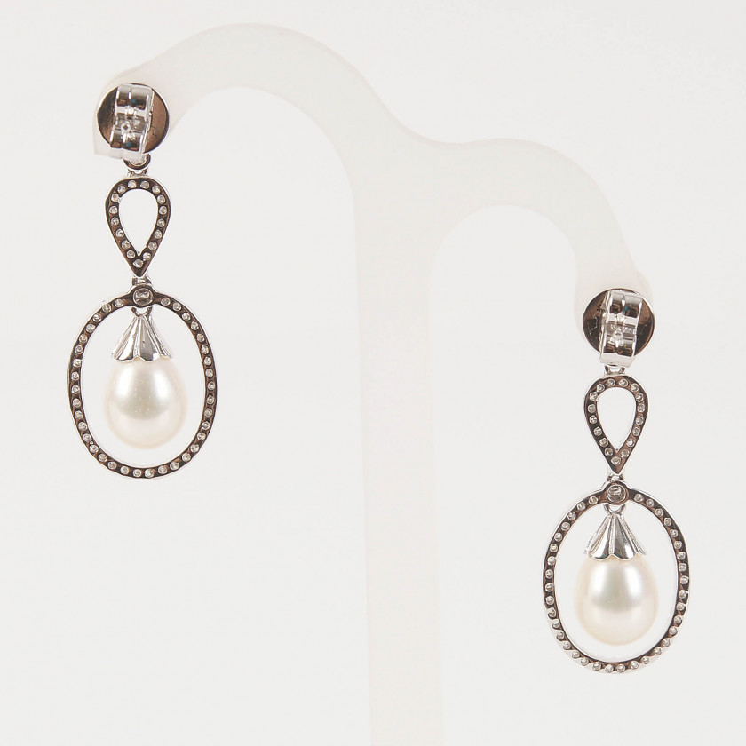 Gold earrings with diamonds and pearls