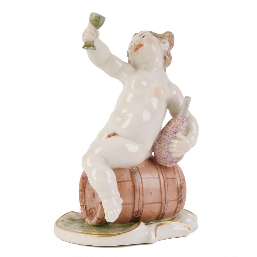 """Porcelāna figūra """"Putto uz vīna muca"""""""