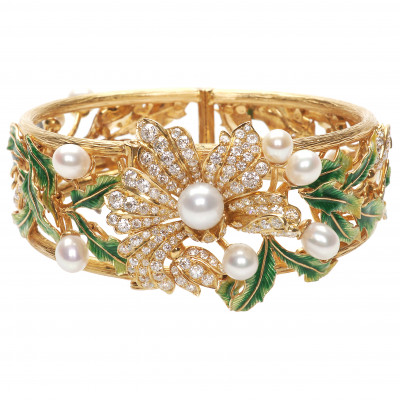 Gold bracelet with diamonds and pearls