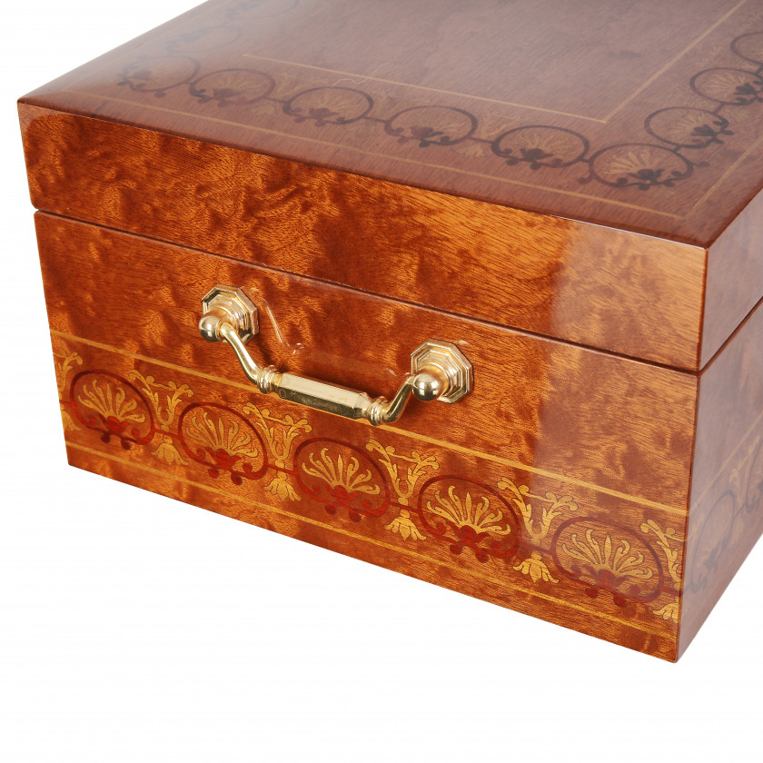 Jewelry box with musical mechanism Reuge