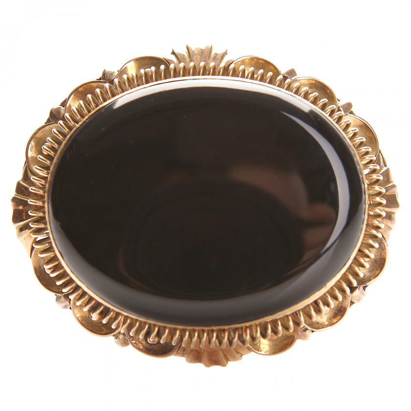 Gold brooch with agate